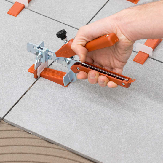 Raimondi RLS pliers pushing wedge into clip tile Leveling System