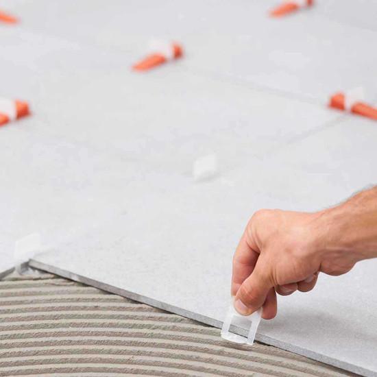 Floor plank tile in mortar with Raimondi leveling clip