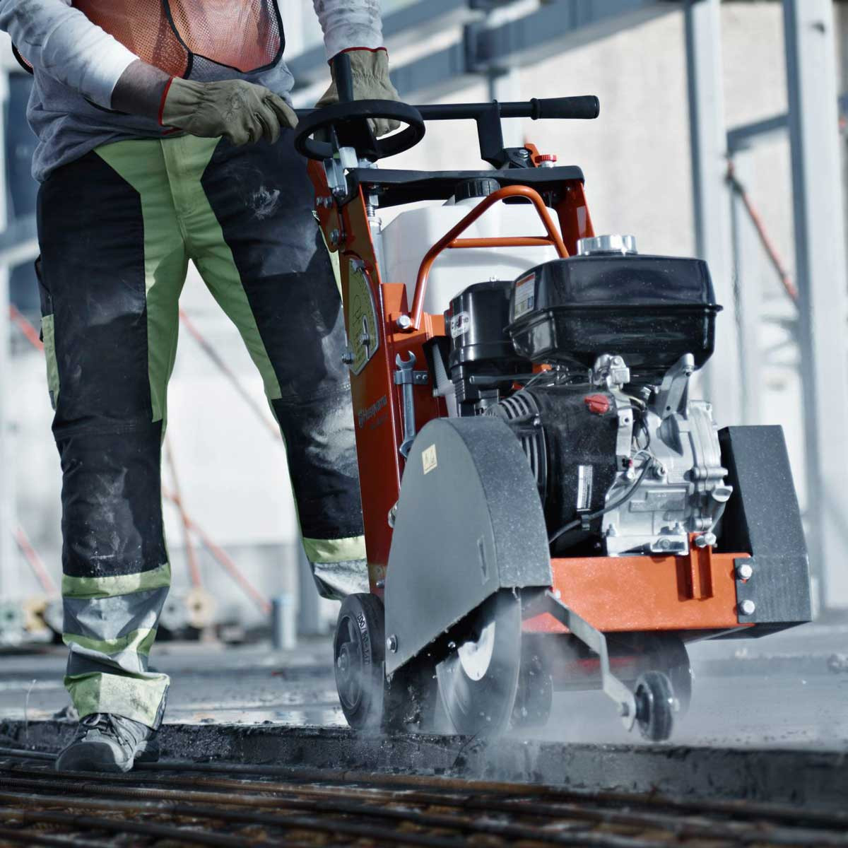 FS400 Concrete Saw asphalt cutting